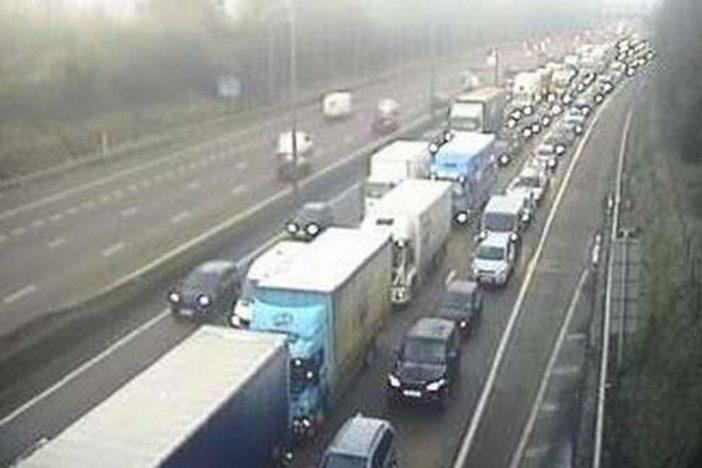 Súlyos baleset az M25-ön Angliában, kamion ütközött 2 autóval: 1 halott, 3 sérült 2