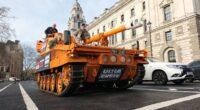 Tankkal vonultak a tüntetők a brit parlament elé Londonban 1