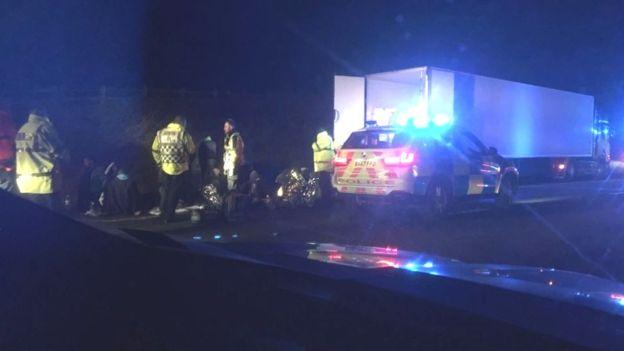 Káosz az autópályán Angliában: 27 migráns bujkált az egyik megállított kamionban, többen menekülni próbáltak 1