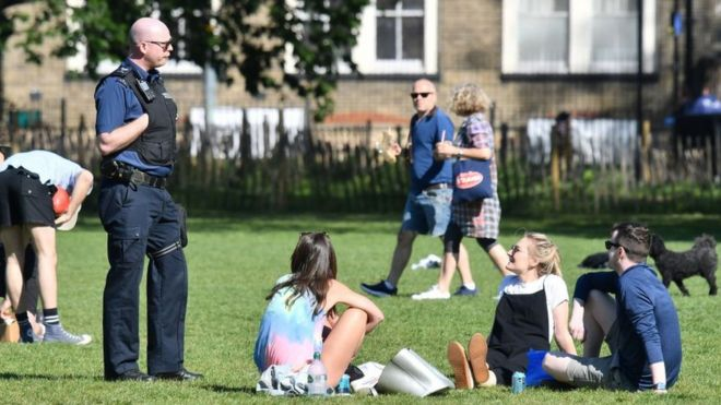 Hétfőtől 6 főnél többen tilos összegyűlni Angliában 1
