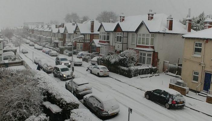 Szakad a hó Londonban és Anglia számos pontján, a közlekedés sok helyen teljesen megbénult 2