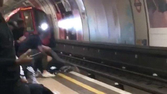 Óriási mázlija volt két fiatalnak az egyik londoni metrómegállóban, pillanatokon múlt az életük 1