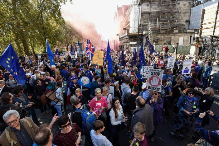 Elképesztő, több mint félmilliós tömeg vonult az utcákra Londonban a kilépés ellen tüntetni 1