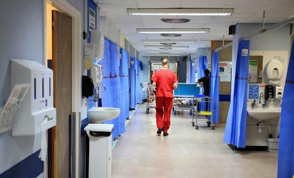 Már 12 halálos áldozata és 32 fertőzöttje van egy fertőző betegségnek, ami London mellett terjed 2