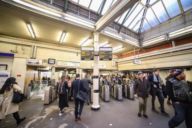 A londoni metró 2 alkalmazottja és az egészségügyi miniszter is elkapta a koronavírust: már kb 400 a fertőzöttek száma Angliában 1