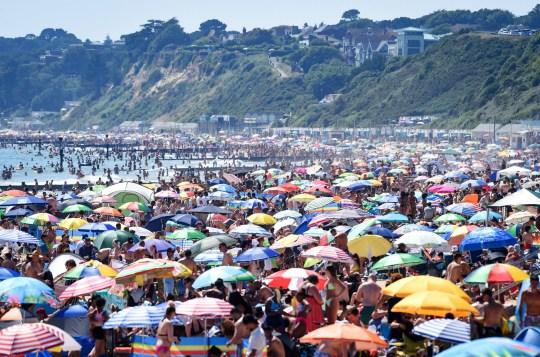 Elképesztő tömeg a brit tengerpartokon: az egészségügyminiszter a partok lezárásával fenyegetőzött 1