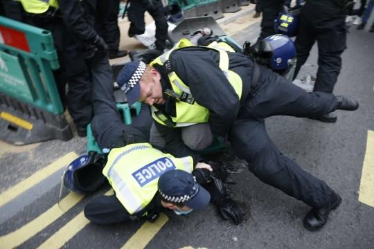 A rendőrökre is rátámadtak a lockdown ellen tüntetők Londonban 1