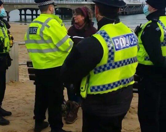 """Letartóztattak egy Covid tagadó nőt Angliában, mert """"nem volt hajlandó felkelni a padról"""" 1"""
