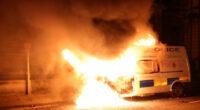 Rendőrautót gyújtottak fel és a rendőrség épületét is megtámadták a tüntetők Angliában: a bristoli tüntetés képekben 2