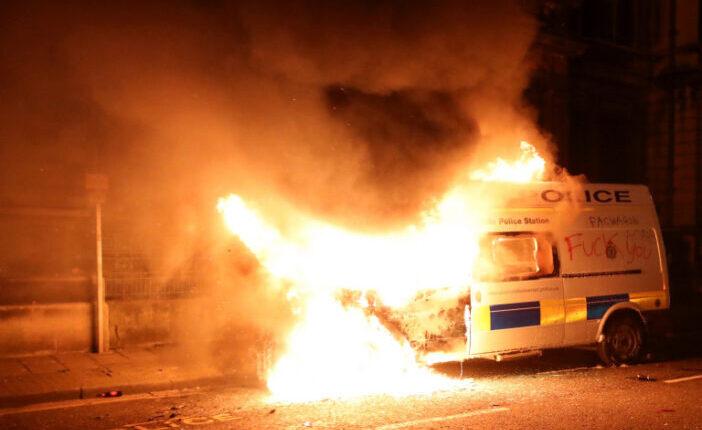 Rendőrautót gyújtottak fel és a rendőrség épületét is megtámadták a tüntetők Angliában: a bristoli tüntetés képekben 1