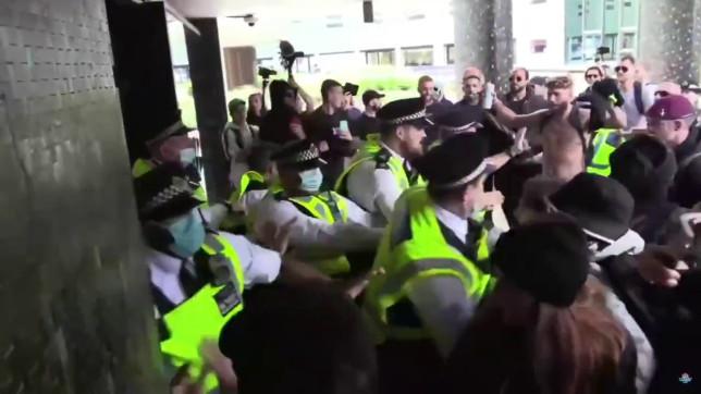 Kezd elszabadulni a pokol Londonban: az oltásellenes tüntetők megrohamozták a BBC egyik épületét 14