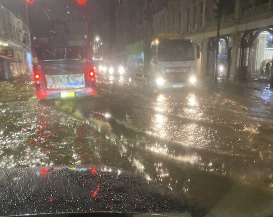 Hatalmas esőzés Londonban: utcák kerültek víz alá a város több részén 1