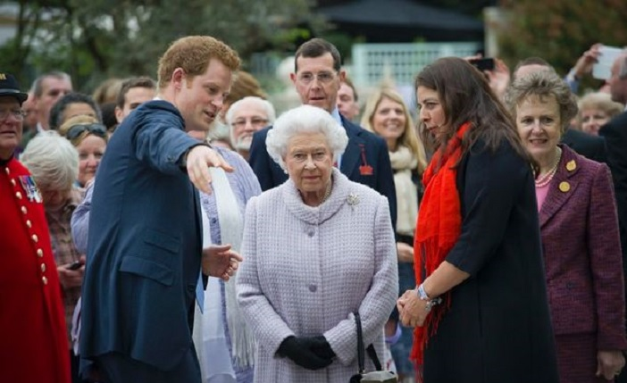 Prince-Harry-gives-the-Queen-a-tour-of-the-Chelsea-Flower-Show