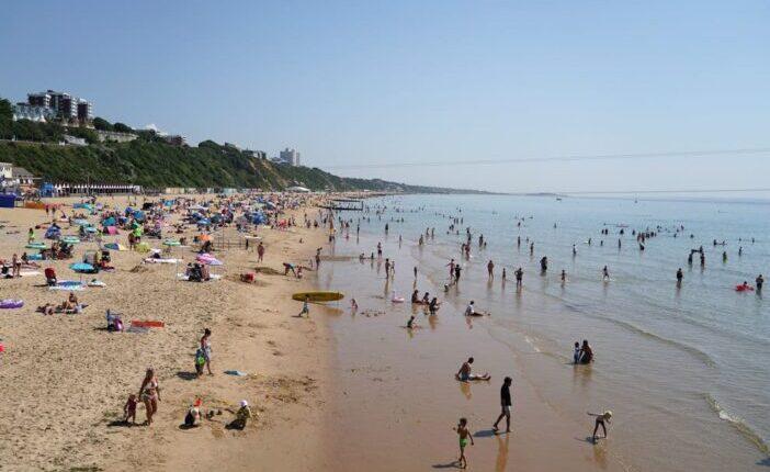 Behúztak a vízbe és megerőszakoltak egy 15 éves lányt az egyik strandon Angliában 1