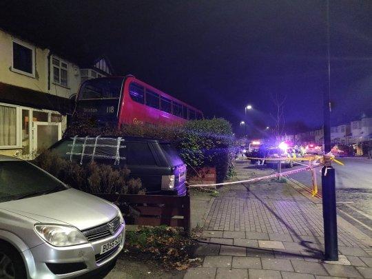 Lakóházba ütközött egy emeletes busz Karácsony másnapján London déli felén 2