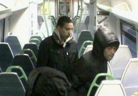3 fiatal utasokat vert össze egy londoni vonaton, egy másik banda pedig egy 12 éves lányt zaklatott 2