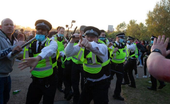 Eldurvult a lockdown ellenes tüntetés Londonban, nyolc rendőr sérült meg 17