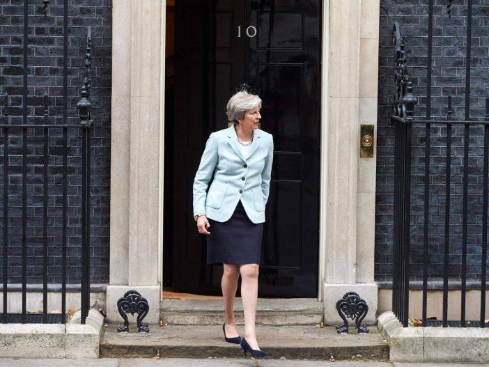 Fejetlenség a brit parlamentben: Theresa May leváltására készülnek saját párttársai 2