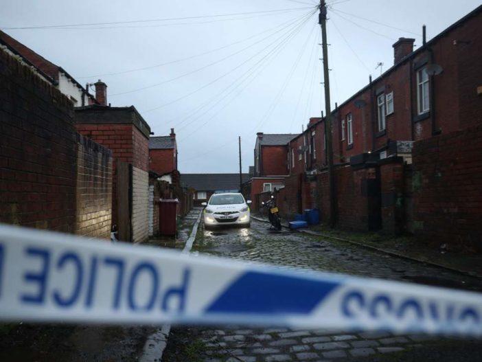 Egy anyuka és két gyermeke holttestére bukkantak Angliában, Boltonban 1