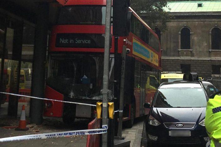 Épületnek csapódott egy emeletes busz London belvárosában 2