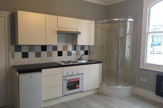 Ilyet is csak Londonban látsz: kiadó egy lakás, ahol a zuhanyzó a konyhában van 24