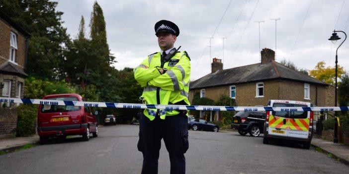 11 éves kislányt késelt halálra saját otthonában a nagybátyja Angliában 1