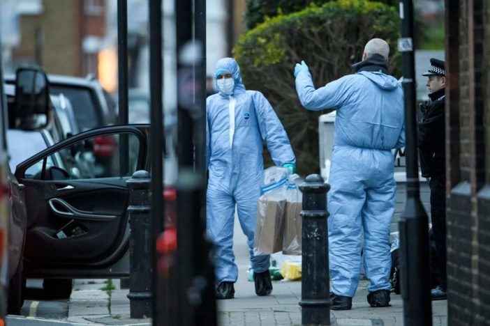 Egy 29 éves srácot leszúrtak, egy másik férfit pedig a rendőrök lőttek le Angliában 2