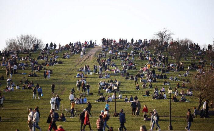 """Elözönlötték az emberek a parkokat Londonban, a kormány """"maradjunk otthon"""" utasítása ellenére 1"""