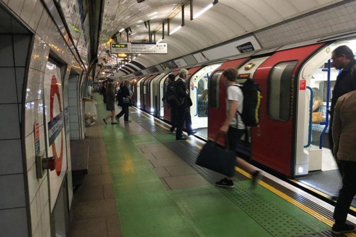 Új szabályt tesztelnek a londoni metrómegállókban, ami sok metrózót kiakasztott 2