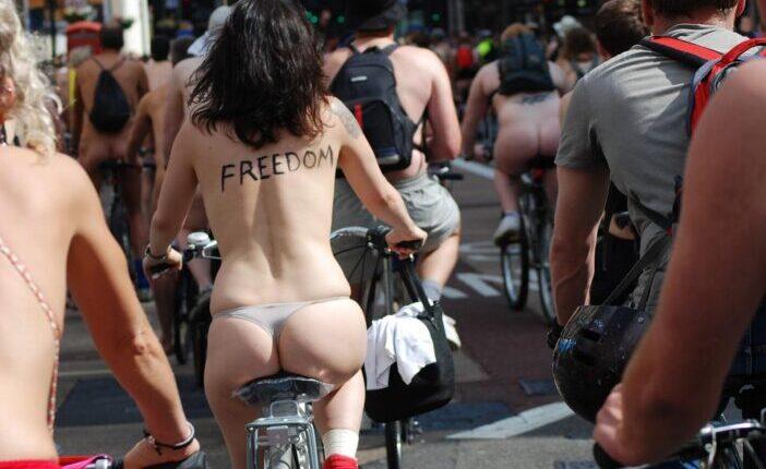 Meztelenül bicikliző emberek százai tekertek keresztül Londonon 9