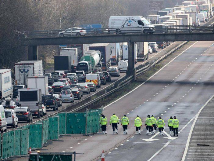 Holttestet találtak az egyik autópálya közepén Angliában 2