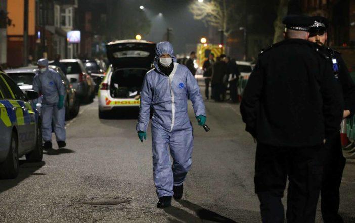 Lelőttek, majd halálra késeltek egy fiatalt az utcán Kelet-Londonban 1