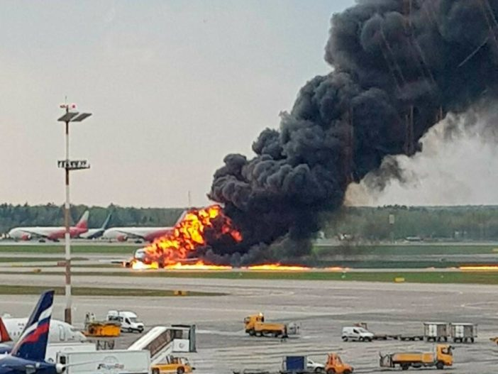 Lángba borult egy utasszállító repülő kényszerleszállás közben: 41 halott 2