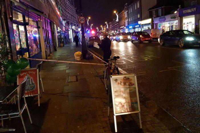 Mellkason szúrtak egy férfit az utcán a döbbent vásárlók szeme láttára Londonban 1
