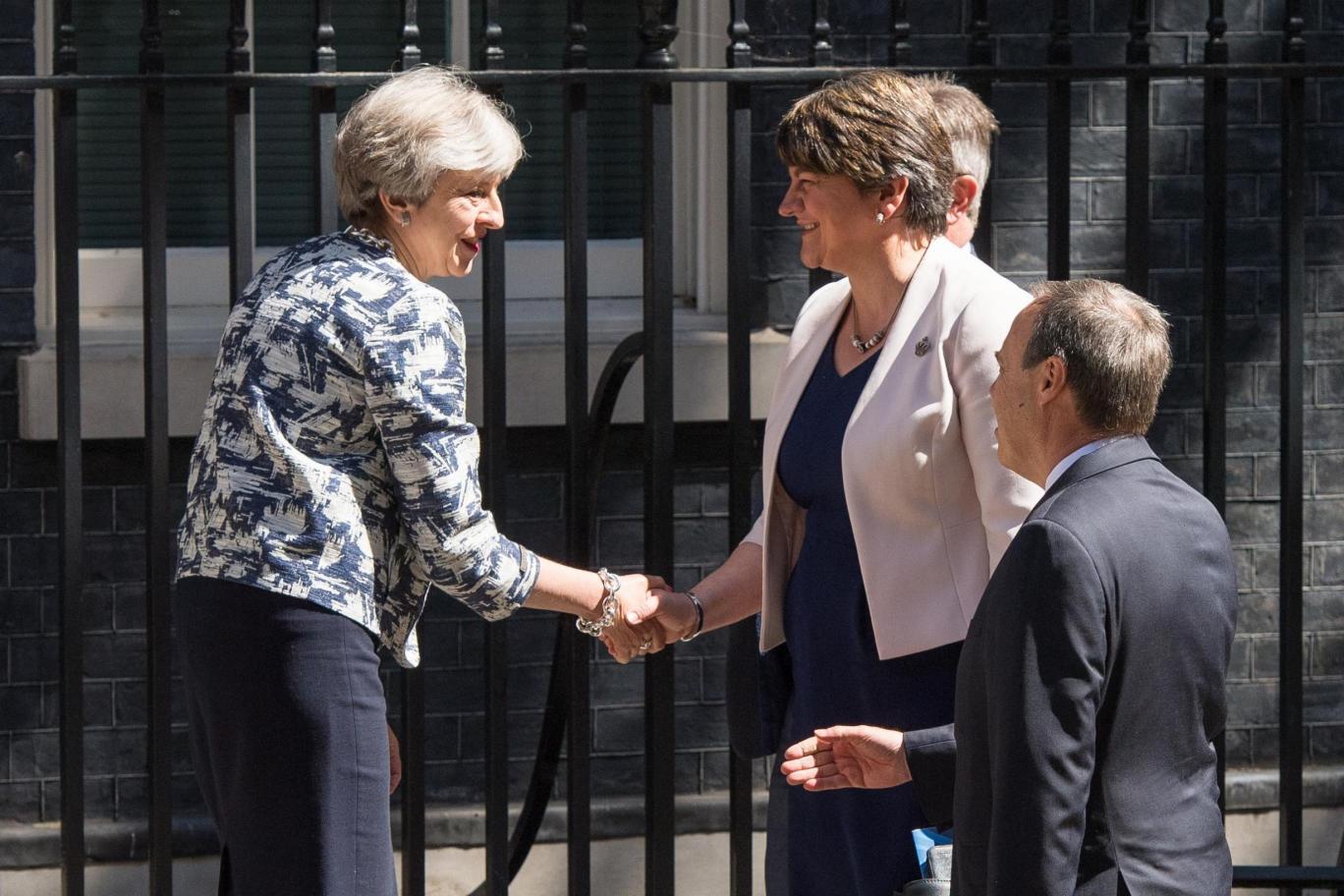 A brit kormány 1 milliárd fontért vásárolja vissza parlamenti többséget az adófizetők pénzén 9