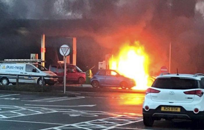 Másodperceken múlt egy nő élete Angliában, amikor figyelmetlensége miatt tűzgolyóvá változtatta kocsiját 2