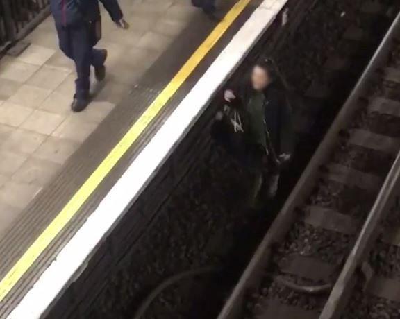 Lemászott a sínekre egy nő London egyik forgalmas metrómegállójában 2