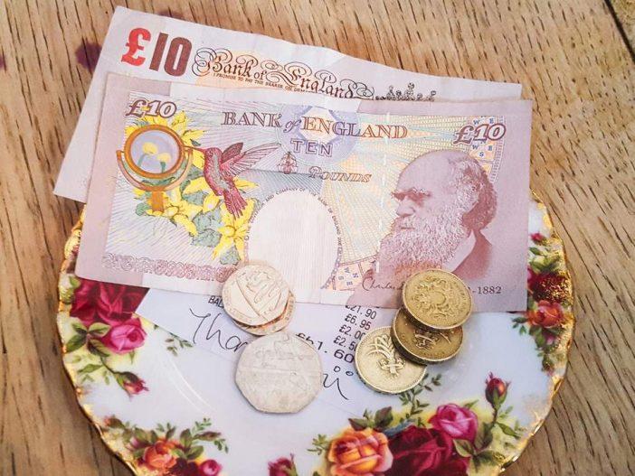 Szuper hír az Angliában vendéglátásban dolgozóknak: nem lesz több gond a borravalóval 1