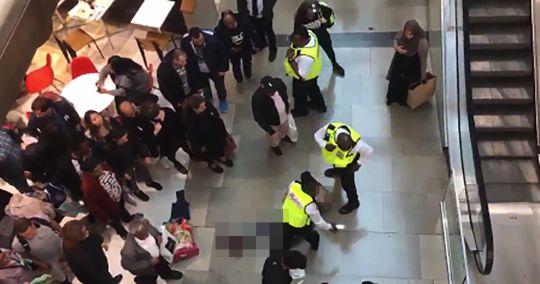 Az emeletről zuhant egy másik emberre egy vásárló London hatalmas bevásárlóközpontjában 1