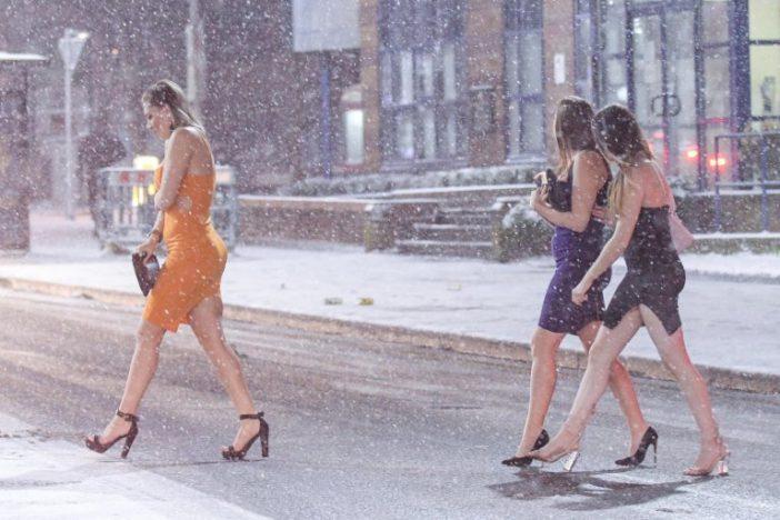 Ismét asztal alá itta magát fél Nagy-Britannia, az angol nőkön meg -5 fokban is alig van ruha 1
