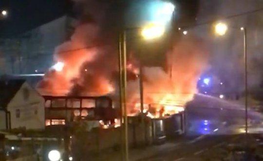 Robbanások és hatalmas tűz Londonban az egyik buszgarázsban 2