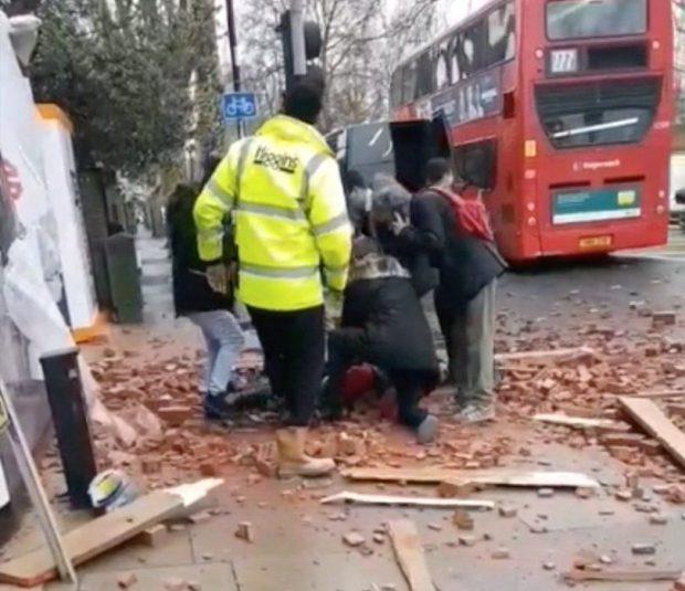 Meghalt egy nő Londonban, miután téglák zuhantak a fejére az utcán séta közben 1