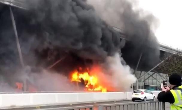 Hatalmas tűz a londoni Stansted reptéren: felgyulladt egy busz, minden járatot töröltek 2