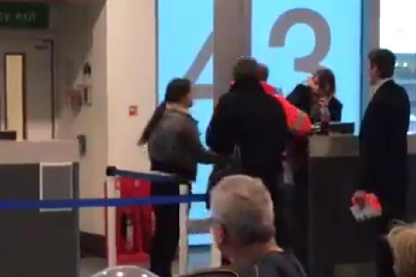 """""""Csak úgy repült a pofon"""" a londoni reptéren, amikor közölték az utassal, hogy lekéste a gépet 2"""