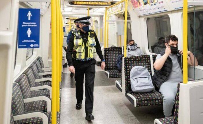 Figyelem, a rendőrök már nem csak szólongatnak, elkezdték keményebben büntetni a maszkot nem viselőket Londonban 1