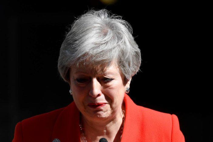 Theresa May bejelentette lemondását és annak dátumát: könnyek közt elcsukló hangon köszönt el 2