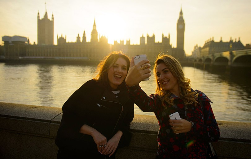 tourists-taking-a-selfie-in-london-136388515074102601-140317125136