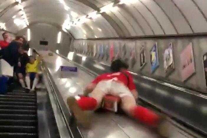 Hatalmasat zakózott egy srác a londoni metró mozgólépcsőjén, és az egész internet rajta röhög 1
