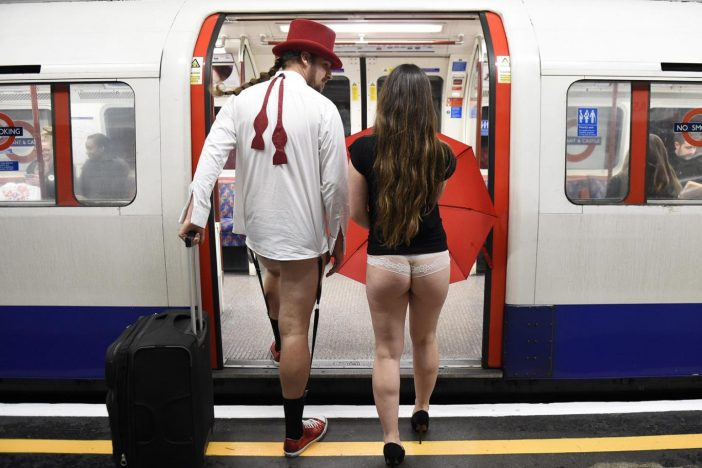 """A """"Nadrág nélküli metrózás"""" napja Londonban 2019: tizedik alkalommal rendezik meg 1"""