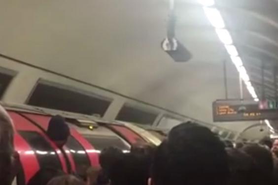 A nyakánál fogva ragadt az ajtók közé egy alkalmazott a londoni metrón 27